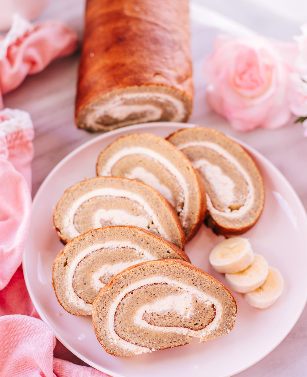 The Best Healthy Banana Cheesecake Roll Recipe: learn how to make an impressive, low-calorie, healthy and VERY EASY dessert!