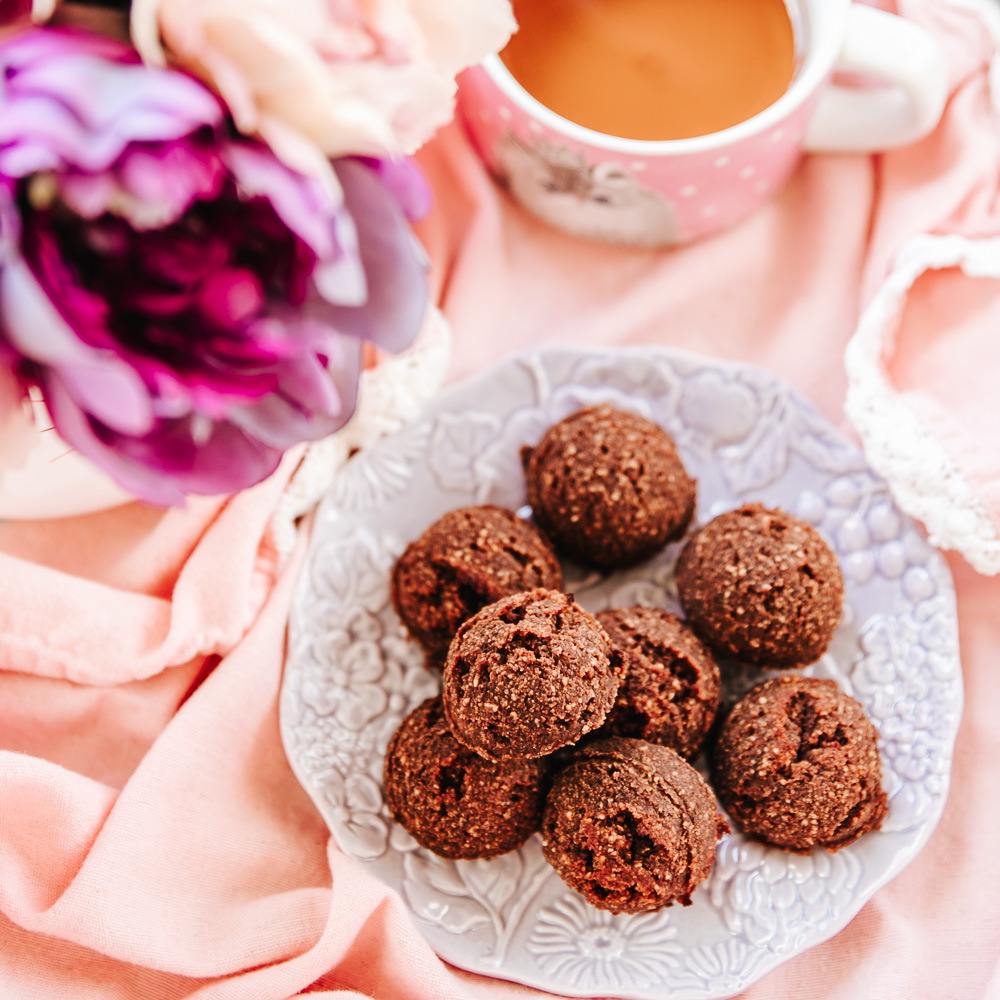 The Healthy Sugar-Free Chocolate Cookies are all-natural, high in protein (no protein powders!), low-fat, nutritious, super-easy & quick to make, but sweet and so satisfying!