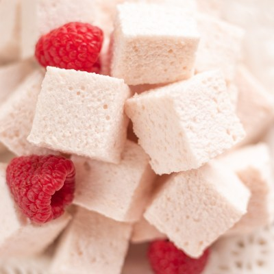 SUPER-HEALTHY RASPBERRY MARSHMALLOWS (JUST 10 CALORIES PER SERVING)!