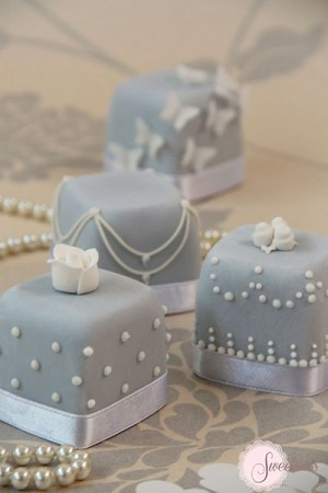 Mini cakes London, blue and white mini cakes