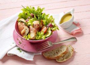 jjidg01.04l-ideg-putenmedaillons-im-speckmantel-auf-gemischtem-salat