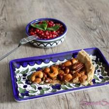 Nusstarte mit Löwenzahnhonig und Granatapfelkerne (vegan)