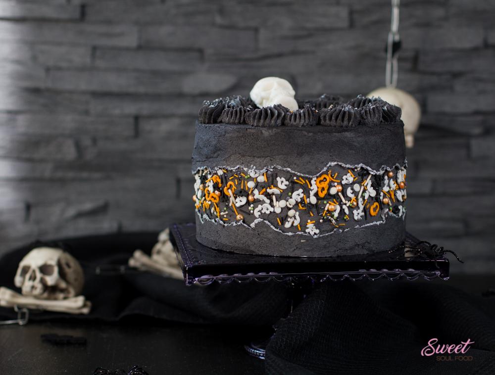 Halloween-Torte mit bunten Sprinkles