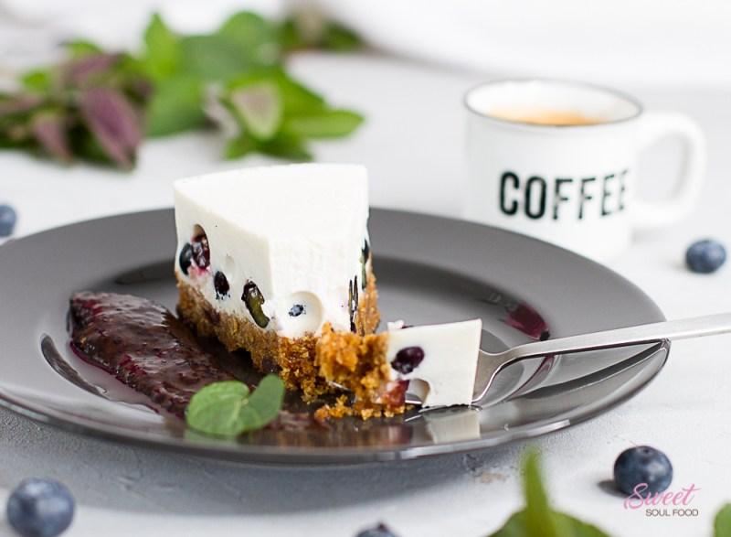 Stück Panna Cotta-Torte mit Kaffee