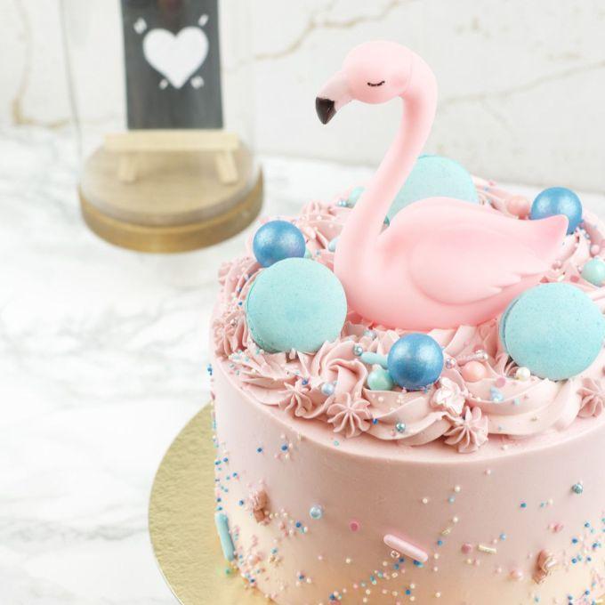 Flamingo taart met macarons en sprinkle mix