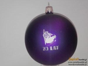 fioletowa bombka z logo 20 lat