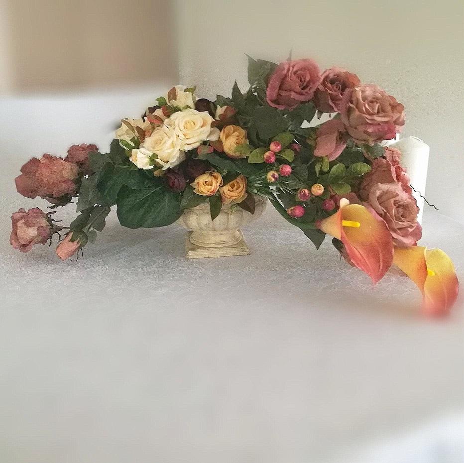 Kompozycja nagrobna kalie i morelowe róże