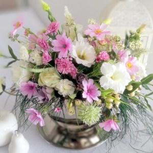 Kompozycja kwiatowa w srebrnym naczyniu