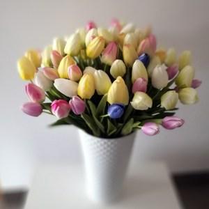Metalowy kosz z wiosennymi tulipanami nr. 185