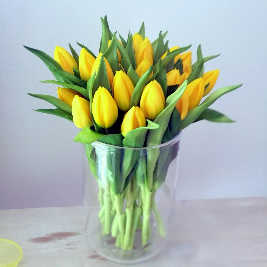 Bukiet gumowych tulipanów w wazonie