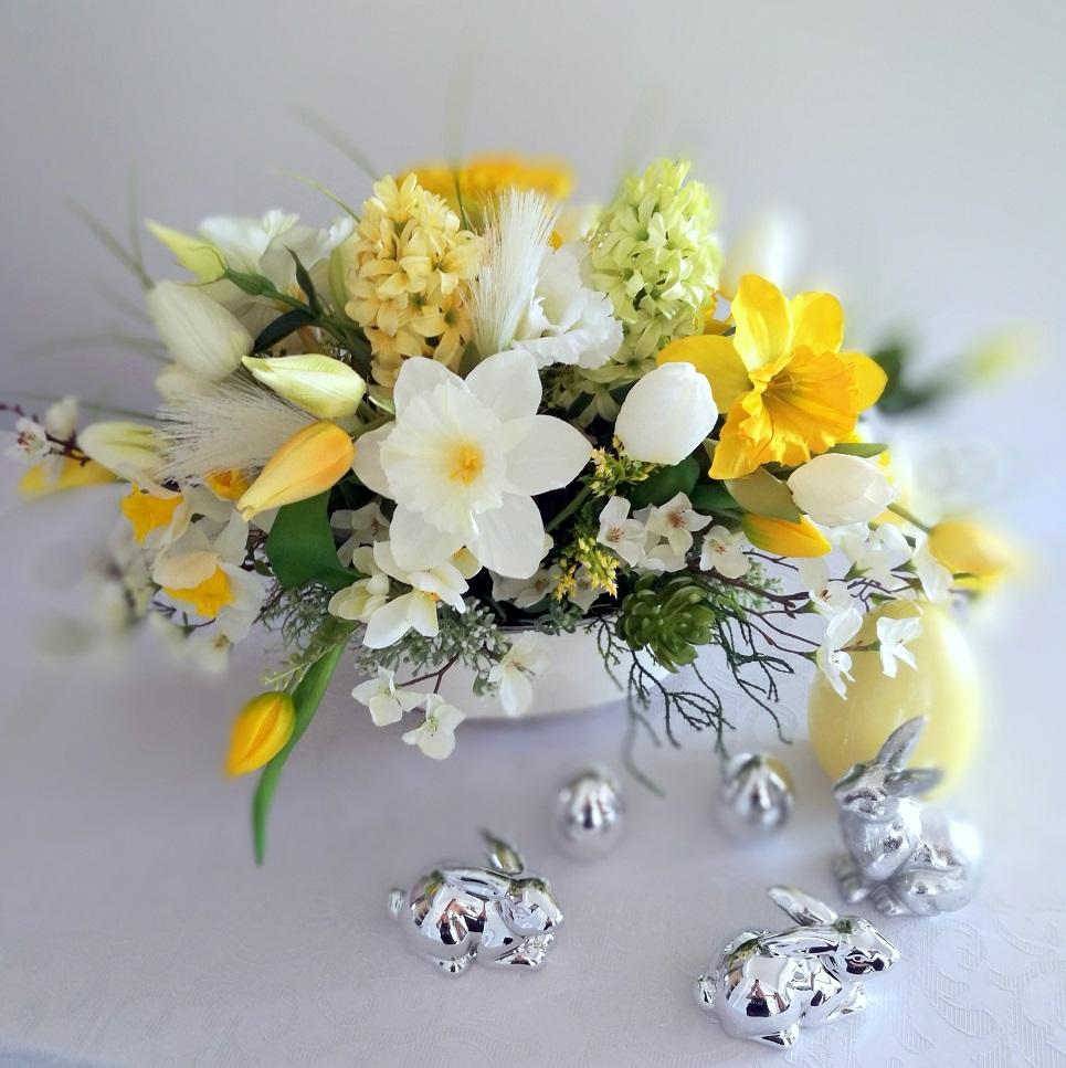 Wiosenne kwiaty w białym naczyniu nr. 305