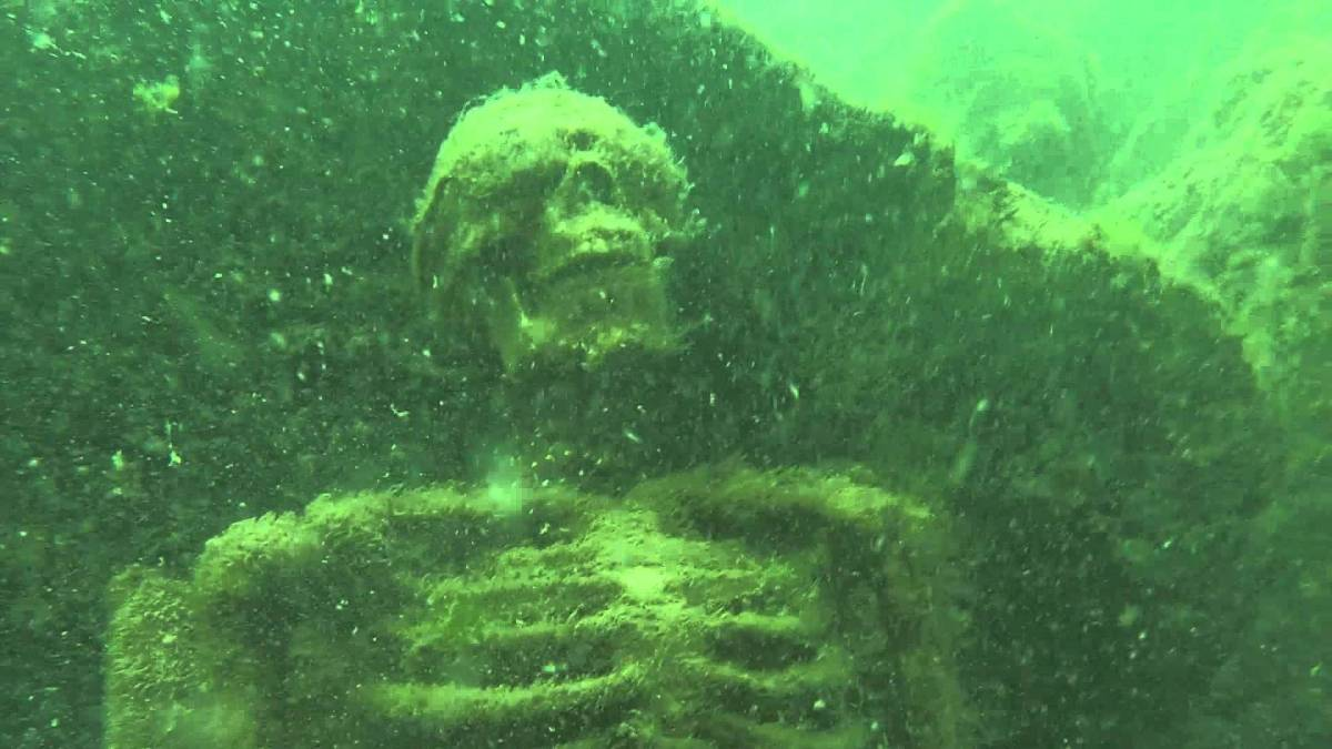 Snorkeler discovers 'skeleton tea party' 40 feet under water