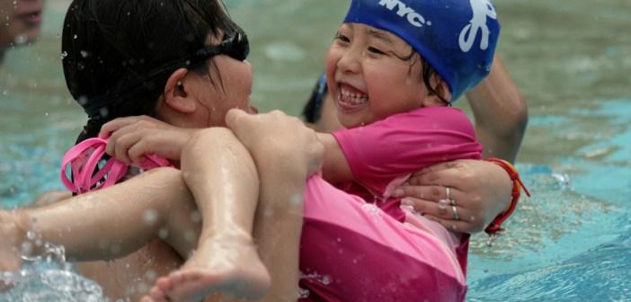 141393868_3153c922e4_b_mom-child-swimming