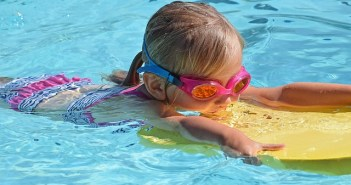 Fewer Canberra children learning how to swim amid parents' concerns over cost
