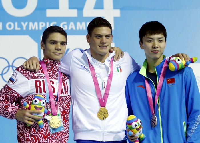 (140818) -- NANJING, Aug. 18, 2014 (Xinhua) -- Gold medalist Evgeny Rylov of Russia and Simone Sabbioni of Italy,bronze medalist Li Guangyuan of China pose for a photo on the podium during the awarding ceremony of men?s 100m backstroke final at Nanjing 2014 Youth Olympic Games in Nanjing, east China's Jiangsu Province, Aug. 18, 2014. (Xinhua/Fei Maohua) (yqq)