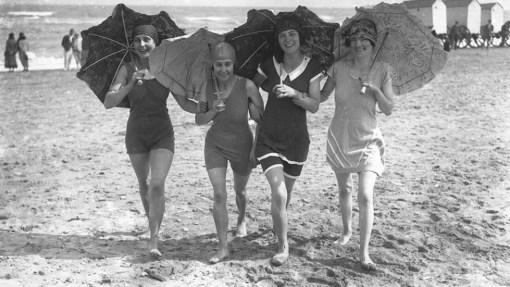 Daily Life on the Beach from the 1920s (27)