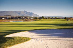 Golfreisen Südafrika - Arabella Hotel & Spa, African Pride. Südafrika gehört zweifelsfrei zu den Golf-Paradiesen dieser Welt. Und das AP Arabella Hotel ist der Ruhepol für gestresste Gäste, die in einem traumhaft schönen Naturschutzgebiet Ruhe und Entspannung suchen, sich im SPA stilvoll pampern lassen oder bei einen Schlummertrunk in der Cristobal's Bar einen unvergesslichen Sonnenuntergang genießen wollen.