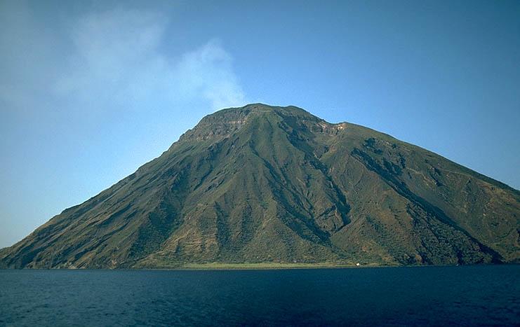 Stromboli visto da Sud Punta Lena sulla costa i Vancori in cima