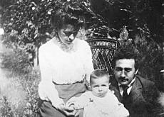 Mileva y Albert Einstein con su hijo Hans-Albert. Berna 1904. (Foto: Biblioteca Nacional)