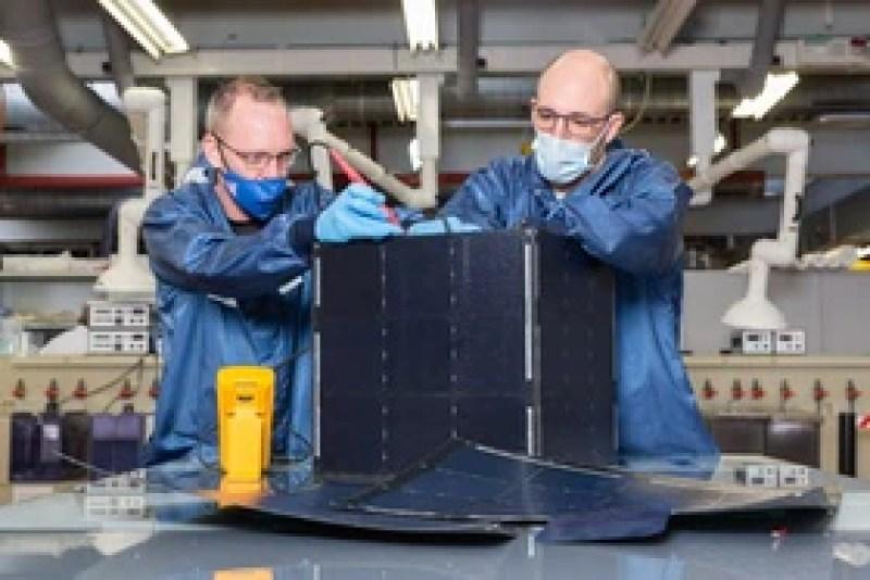 due uomini lavorano su un pannello solare
