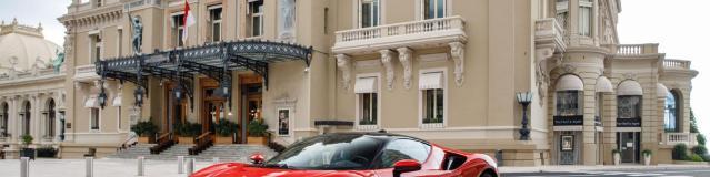 Charles Leclerc strapazza una Ferrari SF90 attraverso le strade di Monaco