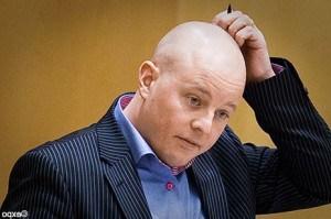 Björn Söder kliar sig i huvudet