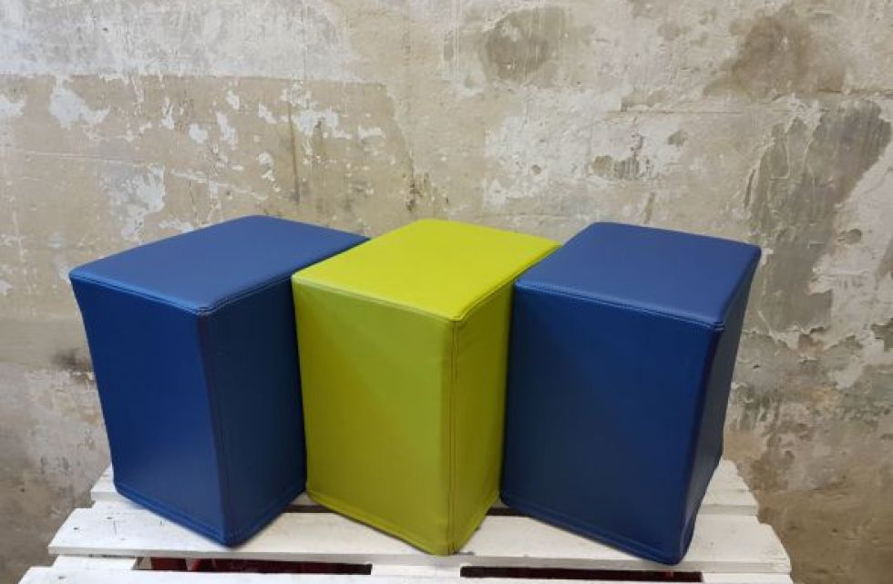 Das Foto zeigt FlatCubes von SWOOFLE. Passend zur Farblehre in der Farbkombination- blau grün blau - SWOOFLE Mietmöbel