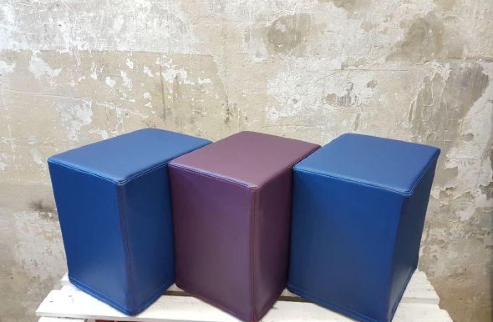 Das Foto zeigt FlatCubes von SWOOFLE. Passend zur Farblehre in der Farbkombination - blau lila blau - SWOOFLE Mietmöbel