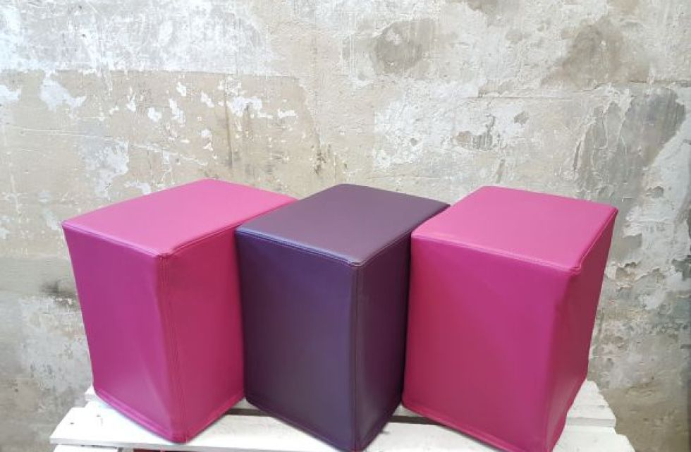 Das Foto zeigt FlatCubes von SWOOFLE. Passend zur Farblehre in der Farbkombination - fuchsia lila fuchsia - SWOOFLE Mietmöbel