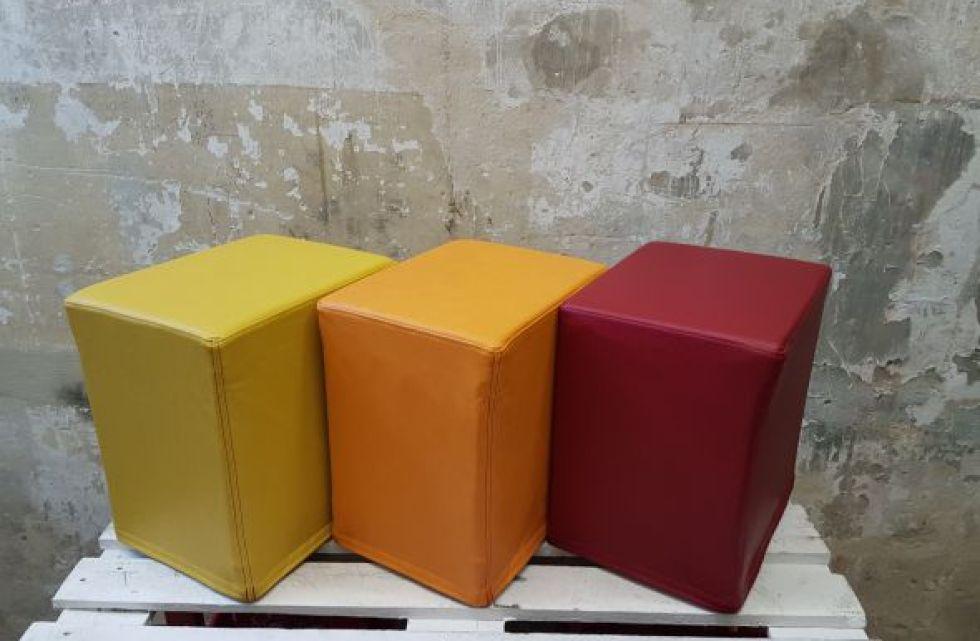 Das Foto zeigt FlatCubes von SWOOFLE. Passend zur Farblehre in der Farbkombination - gelb orange rot - SWOOFLE Mietmöbel