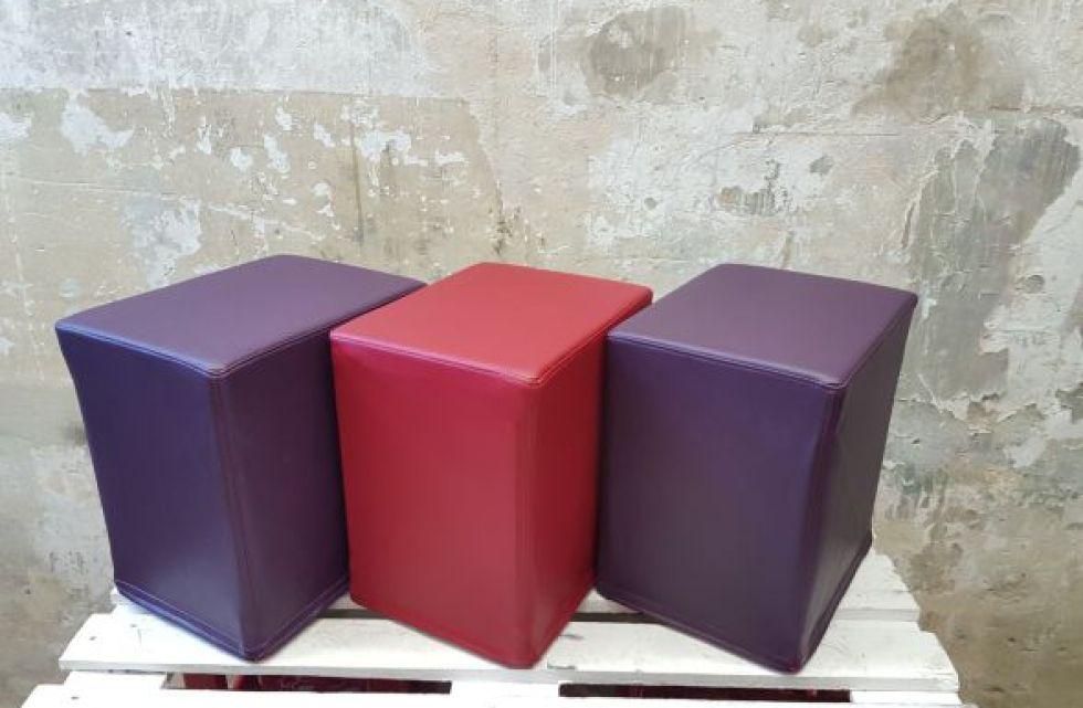 Das Foto zeigt FlatCubes von SWOOFLE. Passend zur Farblehre in der Farbkombination - lila rot lila - SWOOFLE Mietmöbel