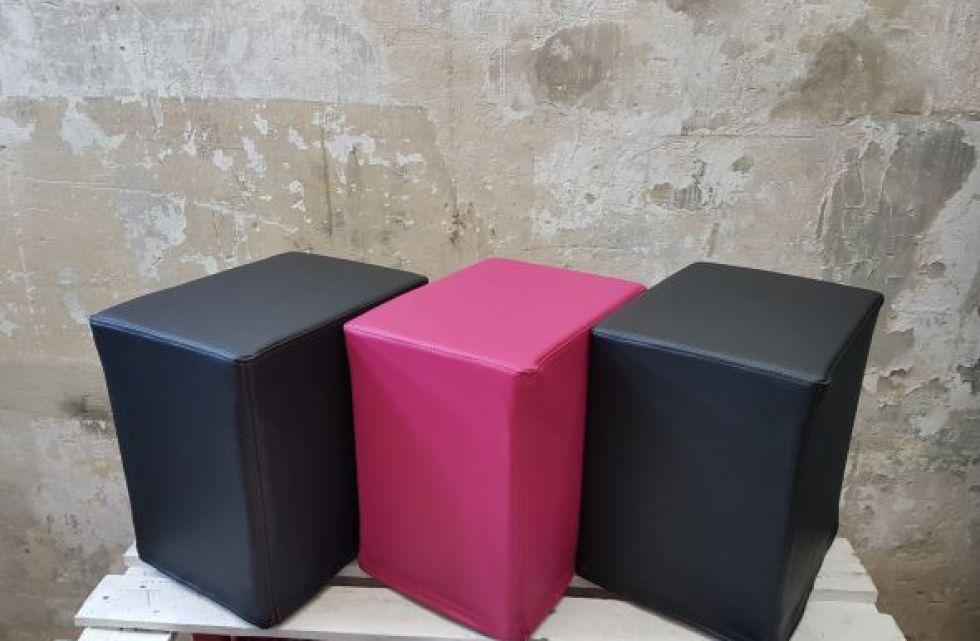 Das Foto zeigt FlatCubes von SWOOFLE. Passend zur Farblehre in der Farbkombination - schwarz fuchsia schwarz - SWOOFLE Mietmöbel