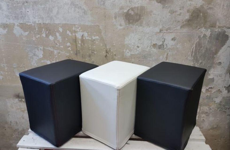 Das Foto zeigt FlatCubes von SWOOFLE. Passend zur Farblehre in der Farbkombination - schwarz weiß schwarz- SWOOFLE Mietmöbel