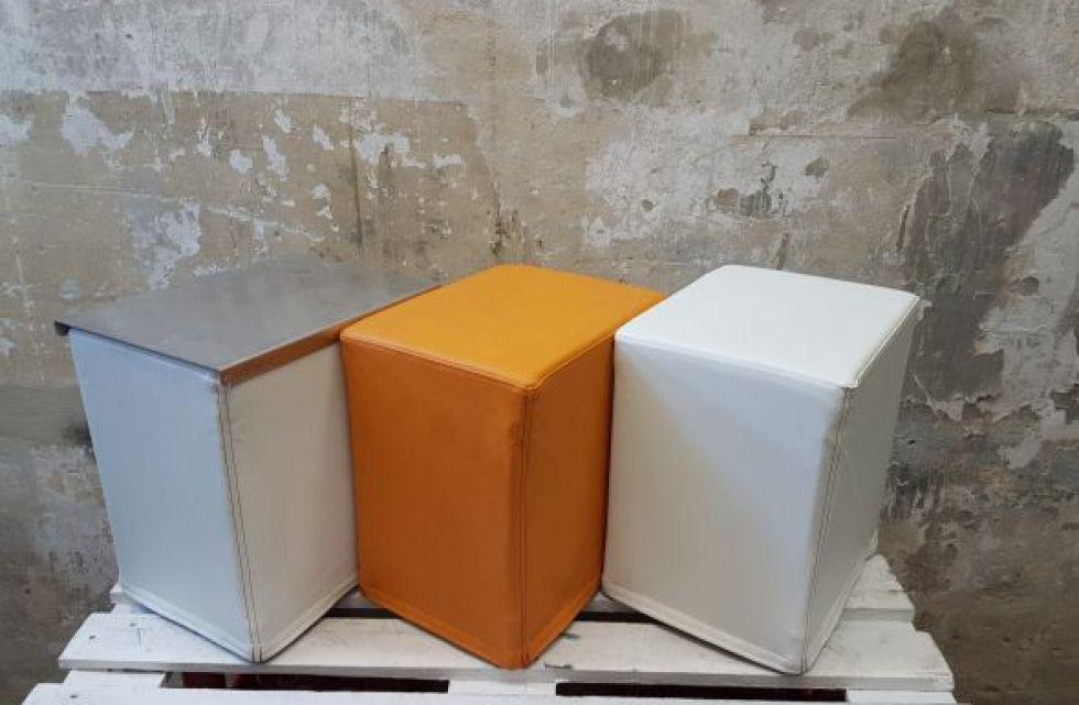 Auf dem Foto sind FlatCubes von SWOOFLE zu sehen. Passend zur Farblehre zeigt es die Farbkombination- weiß orange weiß silber - SWOOFLE Mietmöbel.