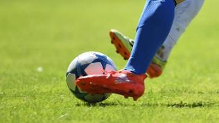 Fußballer im Zweikampf um den Ball