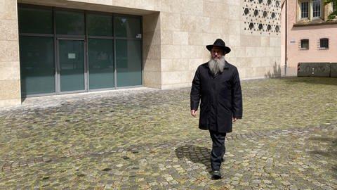 Le rabbin Shneur Trebnik devant la synagogue d'Ulm (Photo : SWR, Monika Götz)