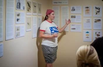 Jenn Yerkes, conservatrice de l'Amuseum Naturalis, discute l'exposition spéciale actuelle avec les visiteurs du musée.