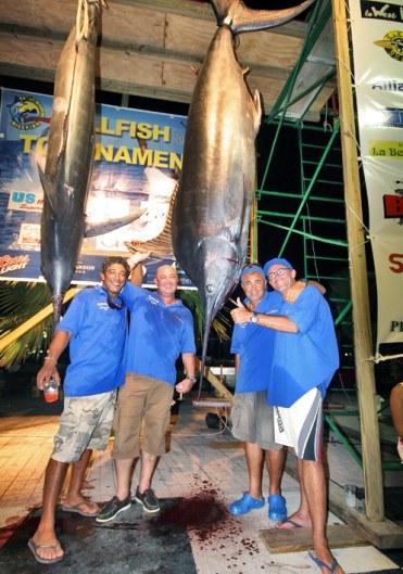 A bord du bateau de Christophe Franchet, le marin avec casquette et lunettes a battu le record du plus gros marlin, qui datait de juin 2002 avec un poids de 781 livres. Le marlin qu'il a pêchéŽ pesait 809 livres.