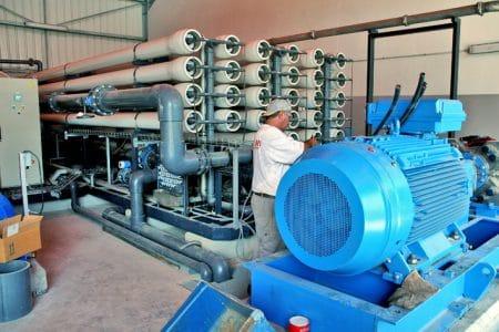 unité de dessalement par osmose inverse L'installation des trois unités en osmose inverse s'est faite en 2006 et la capacité totale de production est de 9000 m3/jour.
