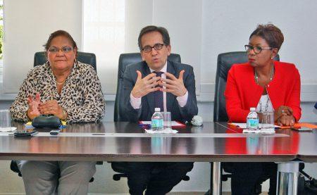 De gauche à droite, Aline Hanson, présidente de la  Collectivité de Saint-Martin, Michel Sanz, représentant du recteur et Jeanine Hamlet, présidente du Greta.