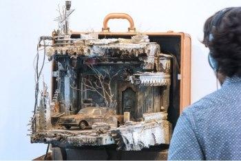 قام فنانٌ سوريٌ بأعمالِ فنية استخدم فيها بشكلٍ أساسي حقائب سفر تحاكي أشكال منازلَ تركها لاجئون