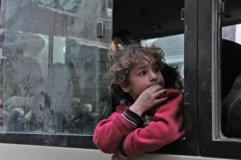طفلة سورية في انتظار مصيرها بعد إجلائها من الغوطة الشرقية