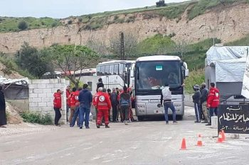 موالون للنظام يطلقون الرصاص على قافلة مهجري الغوطة في طرطوس