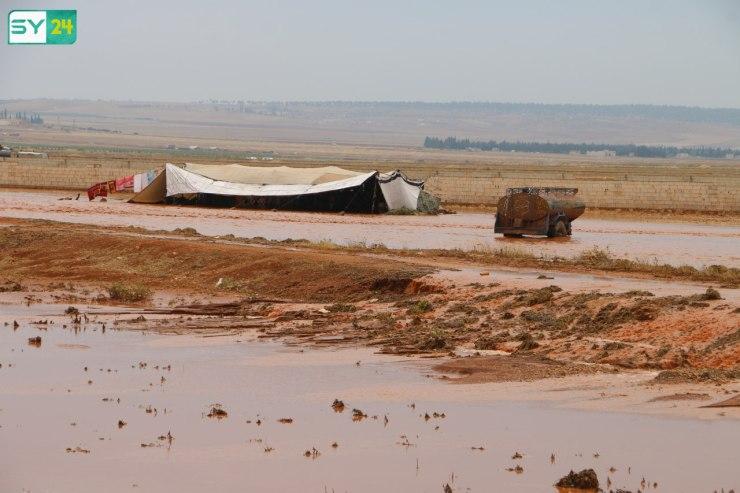 الأمطار تجرف عدداً من الخيم وتقطع الطرقات في ريف حلب