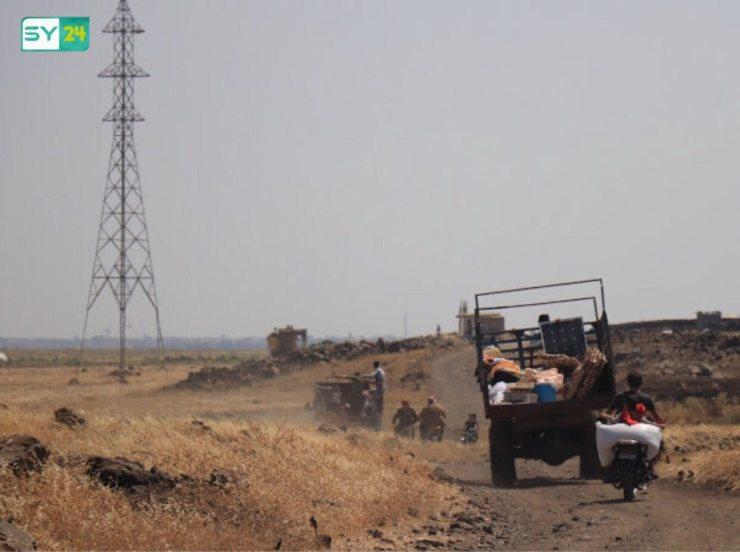 القصف المكثف يجبر أهالي مدينة الحارة شمال درعا على النزوح