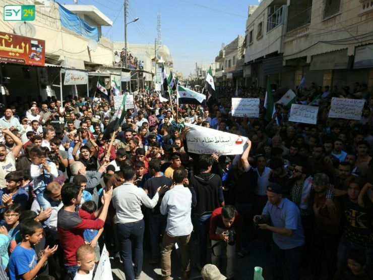 أطفال ورجال ونساء يشاركون في مظاهرة مدينة مارع بريف حلب