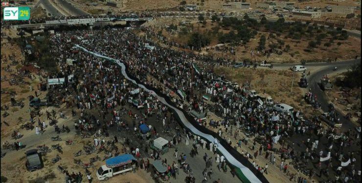 """صور جوية من سماء معرة النعمان في مظاهرات """"الأسد مصدر الإرهاب"""""""