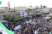 """علم الثورة يغطي الساحة الرئيسية في مدينة كفرنبل في مظاهرة """"الأسد مصدر الإرهاب"""""""