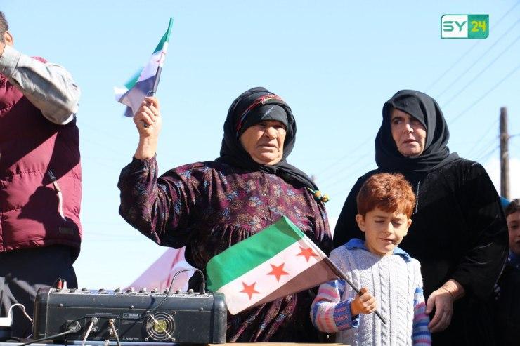 """""""دُفنت انسانيتكم بوحل المخيمات"""".. من مظاهرة كفرنوران بريف حلب"""