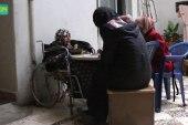 معلمة تتحدى الشلل وتتابع عملها في إدلب